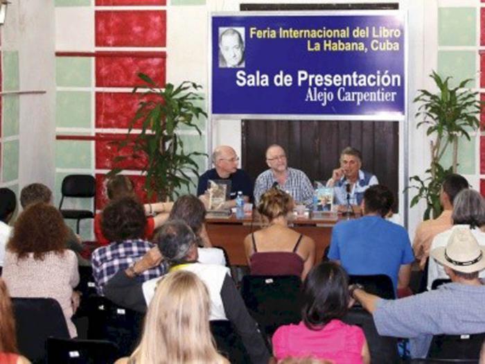 Autor Volker Hermsdorf, Moderator Jörg Rückmann, und Dolmetscher Jesús Irsula während der Buchpräsentation