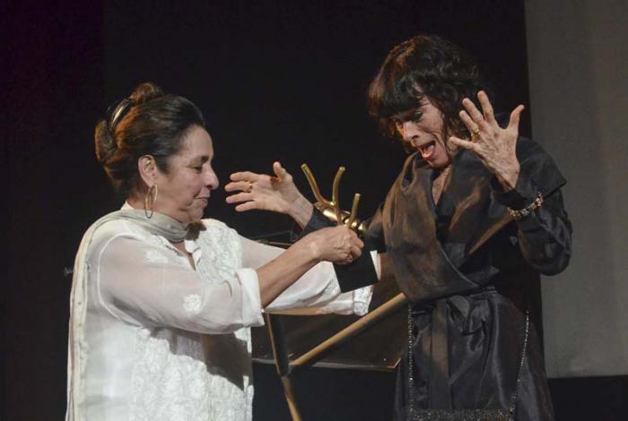 Geraldine Chaplin (rechts) erhält die Koralle aus den Händen der Schauspielerin Daisy Granados