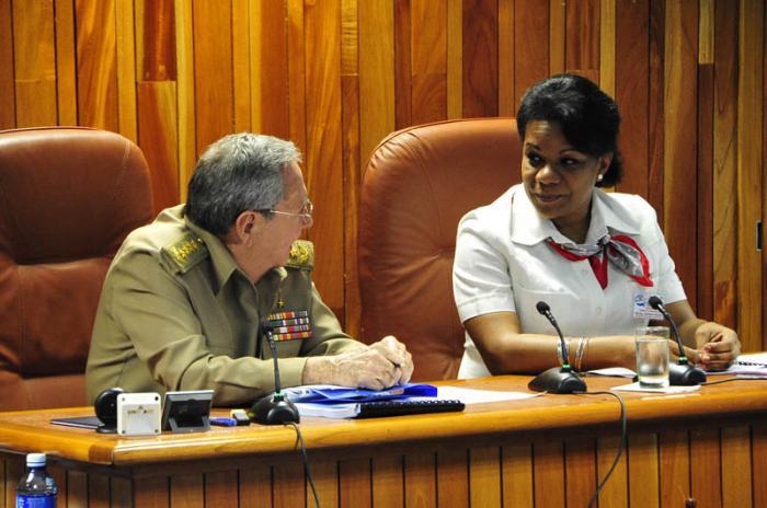 Raul Castro mit der Präsidentin des Nationalen Instituts für Hydraulische Ressourcen
