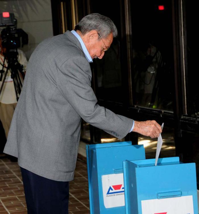 Raúl gibt Stimme für neues Zentralkomitee der Partei