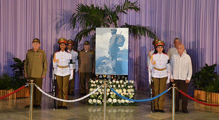 Raúl bei letzter Ehrenwache für den Comandante en Jefe Fidel Castro Ruz