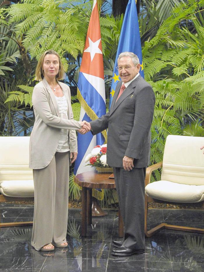 Raúl Castro und Federica Mogherini