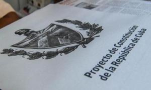 in Tabloidformat gedruckte Verfassung der Republik Kuba