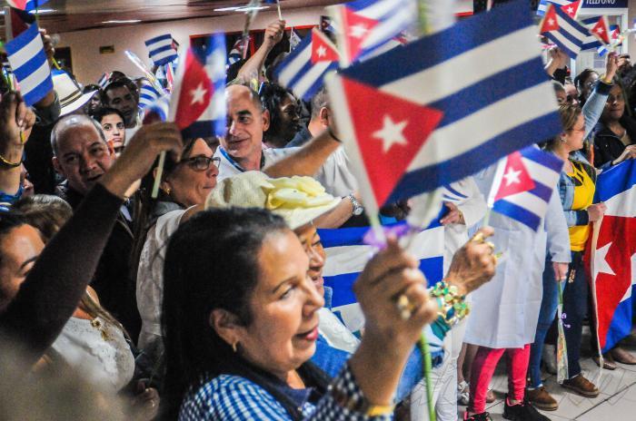 Empfang der aus Bolivien kommenden kubanischen Ärzte