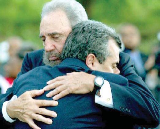 Fidel umarmt Carlos Alberto Cremata