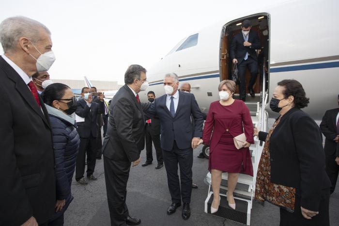 El General Raúl Castro Ruz se despide del Presidente de la República que parte de visita a México 'Cuba' Granma